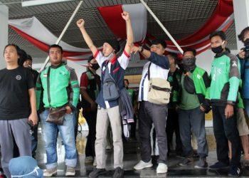 Aksi unjuk rasa para sopir Gojek Batam menolak program Berkat dari Gojek Indonesia di kantor DPRD Kota Batam, 13 Juli 2020. (Foto: Nilawaty Manalu)