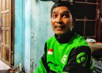 Mujiono di rumahnya di Kampung Panglong, Kecamatan Nongsa, Batam. (Foto: Agung Dedi Lazuardi)