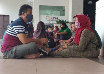 Yendri dan istrinya bersama dengan warga lain mendatangi kantor Wali Kota Batam, 7 Juli 2020. (Foto: Agung Dedi Lazuardi)