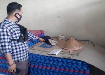 Petugas kepolisian menunjukkan barang bukti di lokasi SMA 01 Batam. (Foto: Humas Polresta Barelang)