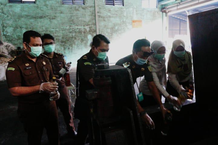 Ratusan Mikol dan Rokok Ilegal Jaenal Jae Dimusnahkan
