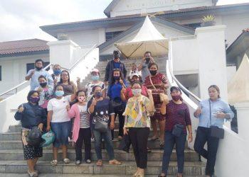 Para orang tua murid, guru, dan komite sekolah SD Theresia Batam setelah menghadiri rapat dengar pendapat di kantor DPRD Kota Batam. (Foto: Nilawaty Manalu)