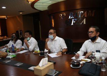 Kepala BP Batam, Rudi, dan stafnya mengikuti seminar web di gedung Bifza BP Batam. (Foto: Humas BP Batam)