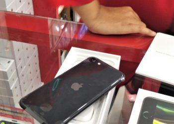 Ponsel iPhone SE generasi kedua yang beredar di salah satu toko ponsel di bilangan Batam Kota, Kota Batam. (Foto: Bintang Antonio Hasibuan)
