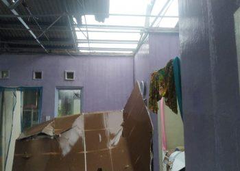 Atap rumah warga Perumahan Arira Garden, Batu Besar, Nongsa, Batam, rusak akibat angin puting beliung. (Foto: Fathur Rohim)