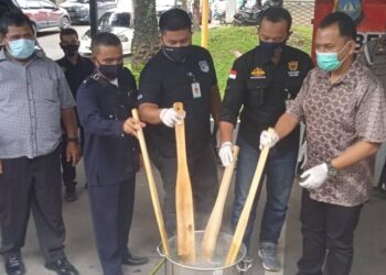 Petugas Polresta Barelang memusnahkan barang bukti narkotika. (Foto: Joni Pandiangan)