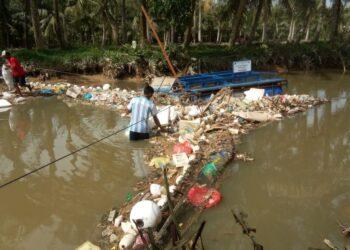 Warga mengangkat sampah di Muara Pancur, Sei Beduk, Batam. (Foto: arsip Akar Bhumi Indonesia)