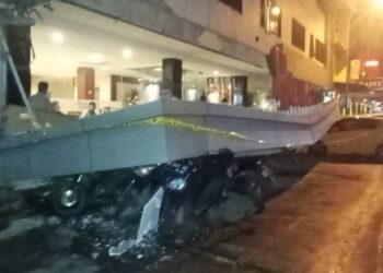 Sejumlah kendaraan tertimpa kanopi Hana Hotel di Kota Batam. (Foto: Joni Pandiangan)