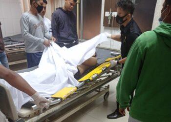 Beberapa warga Kampung Tua Bagan saat melihat jenazah Iwan di rumah sakit. (Foto: Arsip pribadi narasumber)