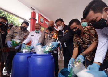 Proses pemusnahan barang bukti narkoba jenis sabu di Polda Kepri. (Foto: Arsip Polda Kepri)