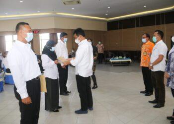 Wali Kota Batam,Muhammad Rudi, menyerahkan secara simbolis SK PPPK. (Foto: Arsip Pemko Batam)