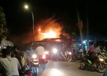 Ruko terbakar di Kavling Lama, Sagulung Kota, Sagulung, Kota Batam. (Foto: tangkapan gambar warga)