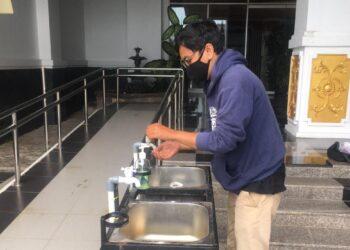 Salah satu warga Batam mencuci tangan di fasilitas protokol kesehatan (Foto: Fathur Rohim)