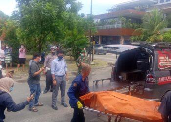 Proses evakuasi jenazah A Kiong di Perumahan The Central Sukajadi Recidence Blok A No. I, Kecamatan Batam Kota, Kota Batam, Kepulauan Riau. (Foto: Muhamad Ishlahuddin)