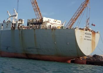 Acacia Nassau, berbendera Bahama, yang badan kapalnya hanya bersisa separuh dengan panjang sekitar 80 meter. (Foto: Bintang Hasibuan)