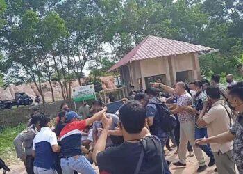 Bentrok polisi dan massa dari dari Perkumpulan Masyakarat Flores Nusantara di kawasan Welcome to Batam, Batam Kepulauan Riau, Jumat, 19 Maret 2021. (Foto: Fathur Rohim)