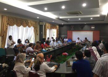 Rapat dengar pendapat umum (RDPU) puluhan nasabah korban Asuransi Jiwa Bersama (AJB) Bumiputera 1912 di DPRD Kota Batam, Kepulauan Riau. (Foto: Fathur Rohim)