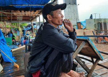 Ipen, fotografer lepas di Jembatan 1 Tengku Fisabilillah Barelang. (Foto: Muhamad Ishlahuddin)