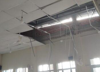 Plafon masjid ambruk terkena angin puting beliung. (Foto: Teh Risna)