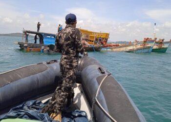 Kapal pencuri ikan ditenggelamkan KKP dan Kejaksaan Agung RI di perairan Air Raja, Galang, Batam. (Foto: Muhamad Ishlahuddin)