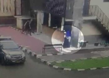 Tangkapan layar rekaman CCTV menunjukkan sesosok menyerupai perempuan yang diduga teroris memasuki kompleks Mabes Polri di Jakarta, Rabu, 31 Maret 2021. Sosok tersebut terlihat mengenakan pakaian terusan hitam dengan kerudung biru. (Foto: Tempo.co)