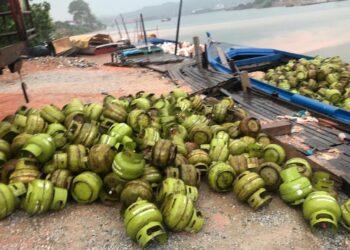 Kapal yang memuat tabung gas 3 kilogram yang akan dibawa ke Belakang Padang, Batam pada Sabtu, 17 April 2021. (Foto: Arsip Polsek KKP Batam).