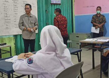 Amsakar Achmad saat melakukan sidak di beberapa sekolah negeri di Batam. (Foto: Muhamad Ishlahuddin)