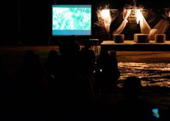 Nonton bersama film Kinipan di Tanjung Piayu, Kota Batam, Sabtu, 10 April 2021. (Foto: Arsip AJI Batam)