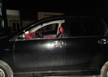 Mobil anggota Satpol PP yang kacanya dipecahkan orang tak dikenal. (Foto: Muhammad Ishlahuddin)