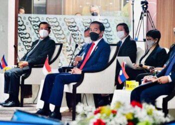 ASEAN Leaders'Meeting (ALM) dilaksanakan Sabtu, 24 April 2021 dihadiri pimpinan dan perwakilan 10 negara. Presiden Jokowi (dua dari kiri) saat hadir di acara yang berlangsung di Gedung Sekretaris ASEAN di Jakarta. (Foto: Antara)