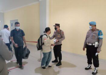 Kapolsek KKP Batam, AKP Budi Hartono, saat membagikan masker di Pelabuhan Feri Domestik Sekupang, Batam. (Foto: Arsip Polsek KKP Batam)