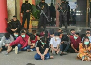Beberapa orang yang ditangkap tim gabungan polisi di Kampung Narkoba, Minggu, 11 April 2021. (Foto: Antara)