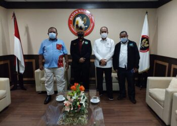 Ketua UmumPemuda Adat Papua Jan Arebo (dua dari kiri) berfoto bersama usai menemui Kepala Badan Nasional Penanggulangan Terorisme, Komjen Pol Boy Rafli Amar (dua dari kanan) di Jakarta, Kamis, 15 April 2021.(Foto: Istimewa)