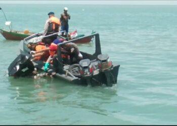 Petugas gabungan mencari korban kapal TKI yang tenggelam di perairan Tanjung Balai Karimun. (Foto: Humas Basarnas)
