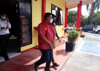 Rustam Efendi saat dipindahkan dari rumah tahanan Polsek Batam Kota (Foto: Muhamad Ishlahuddin)