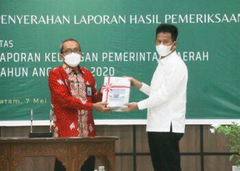 Wali Kota Batam, Muhammad Rudi, menerima penghargaan WTP di Gedung BPK RI Perwakilan Kepri, Jumat, 7 Mei 2021. (Foto: Mediacenter)