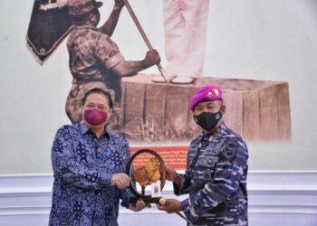 Menko Perekonomian, Airlangga Hartarto, di Markas Korps Marinir TNI AL, Jumat, 7 Mei 2021, disambut langsung Komandan Korps Marinir, Mayjen TNI Suhartono (kanan). (Foto: Dok Golkar)