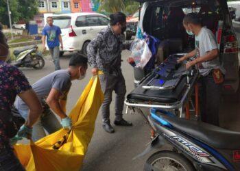 Proses evakuasi MF (31), di ruko Hollywood Hill, Belian, Batam Kota, Kota Batam. (Foto: Muhamad Ishlahuddin)