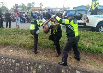 Polisi mengevakuasi jenazah korban. (Foto: Arsip narasumber)