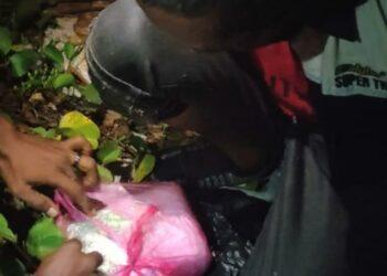 SK (50) diamankan TNI saat hendak menyelundupkan narkoba jenis sabu-sabu asal Malaysia di Perairan Sepahat Kabupaten Bengkalis Provinsi Riau. (Foto: TNI AL)