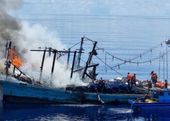 KM Sinar Mas yang terbakar di Laut Natuna Utara. (Foto: Arsip TNI AL)