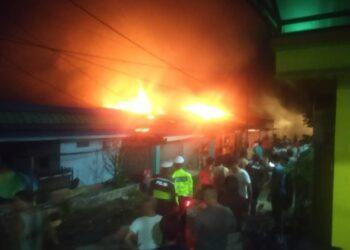 Enam unit rumah terbakar di perumahan Baloi Ditpam RT 002/RW 003, Kelurahan Sukajadi, Kecamatan Batam Kota, Kota Batam pada Rabu, 5 Mei 2021. (Foto: Muhamad Ishlahhudin)