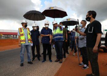 Muhammad Rudi melakukan peninjauan Pembangunan Jalur Kedua Jalan Hang Kesturi Tahap 1, Kabil, pada Minggu, 9 Mei 2021, pagi. (Foto: Humas BP Batam)