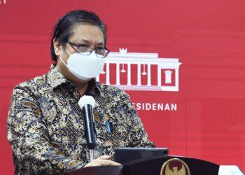 Ketua Komite Penanganan Covid-19 dan Pemulihan Ekonomi Nasional (KPCPEN), Ir. H. Airlangga Hartarto, menyampaikan keterangan di Kantor Presiden setelah rapat terbatas dengan Presiden,Senin, 10 Mei 2021.