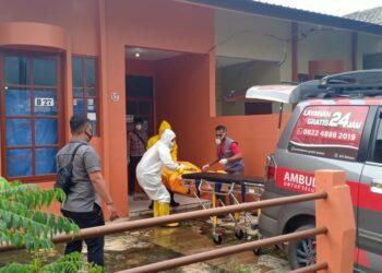 Seorang pria lanjut usia (lansia) ditemukan tidak bernyawa di dalam rumahnya di perumahan Plamo Garden Blok B Nomor 27, kelurahan Baloi Permai, Kecamatan Batam Kota, Kota Batam pada Selasa, 11 Mei 2021, siang. (Foto: Muhamad Ishlahuddin)