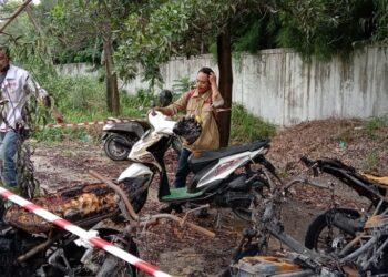 Kebakaran di pinggir jalan hanguskan 9 unit motor karyawan PT ASL. (Foto: M. Ansyarullah Khafi Ansyari)