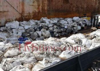 Limbah hasil dari tank cleaning dua kapal tanker berbendera Malaysia dan Kepulauan Cook di perairan Batu Ampar, Kota Batam, Kepulauan Riau, mulai dikemas dalam ratusan karung dan dimuat ke kapal pengangkut. (Foto: Bintang Hasibuan)