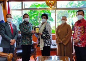 Ketua Umum DPP Walubi, Drs S Hartati Murdaya, (dua dari kanan) saat bertemu dengan Menteri Dalam Negeri Tito Karnavian, di Kantor Kemendagri, Jumat, 07 Mei 2021 (Foto: Istimewa)