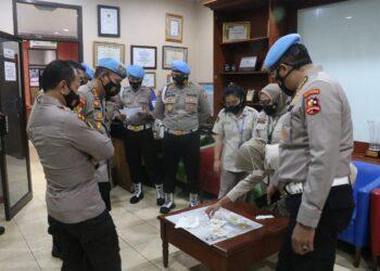 Divisi Propam Mabes Polri melakukan pemeriksaan urine terhadap personel Polda Kepri. (Foto: Humas Polda Kepri)