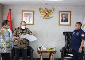 Juru bicara Asosiasi Pengusaha, Peter Frans yang juga Ketua Umum INKINDO (kiri) saat acara audiensi dengan Ketua DPD RI AA La Nyalla Mahmud Mattalitti (tengah) di rumah jabatan pimpinan lembaga negara, Jalan Denpasar Raya, Jakarta Selatan, Rabu, 23 Juni 2021.